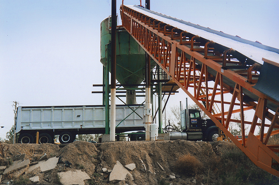 1997 – U.S. Salt builds a direct trans-load system for loading end dump trucks. This system allows trucks to be loaded in 45 seconds from start to finish.
